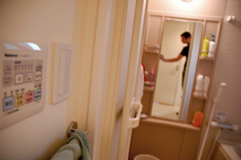 la salle de bain et vincent s en vint au japon. Black Bedroom Furniture Sets. Home Design Ideas